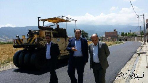 بازدید فرماندار آزادشهر  از محل اجرای آسفالت طرح شهید شوشتری روستای ازدارتپه