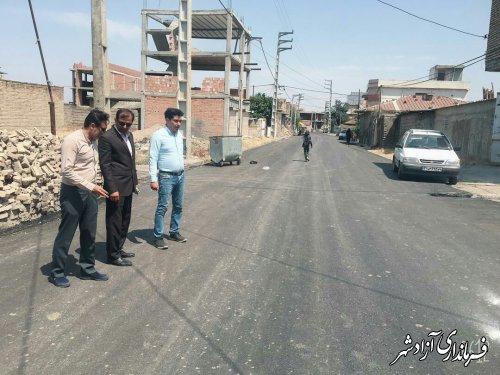 بازدید میدانی پژوهش بخشدار مرکزی آزادشهر از پروژه آسفالت معابر روستای اکبرآباد