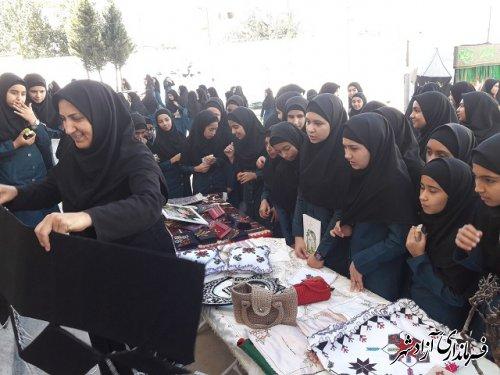 برگزاری نمایشگاه صنایع دستی به مناسبت هفته گردشگری و کودک در دبیرستان دخترانه مرضیه شهرستان آزادشهر