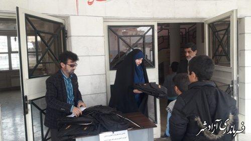 توزیع لوازم التحریر اهدایی یک نیکوکار آزادشهری به دانش آموزان بی بضاعت
