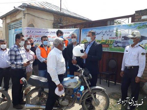 اهدا کلاه ایمنی به مناسبت روز ملی ایمنی و حمل و نقل در آزادشهر